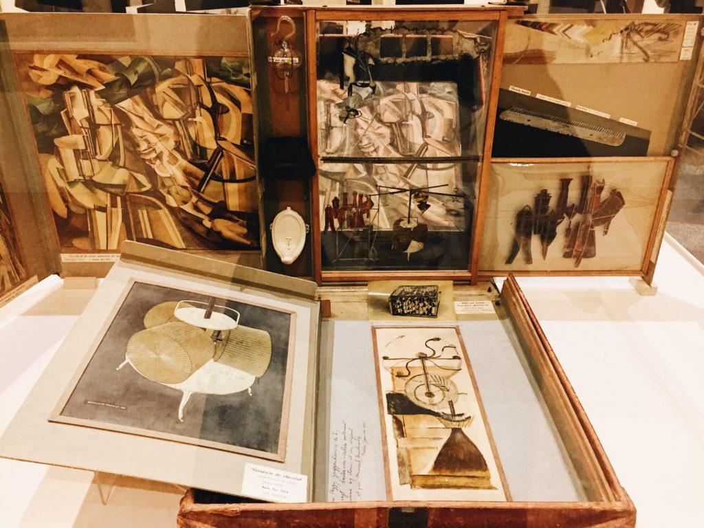 Boîte-en-Valise di Marcel Duchamp conservato alla Collezione Peggy Guggenheim.